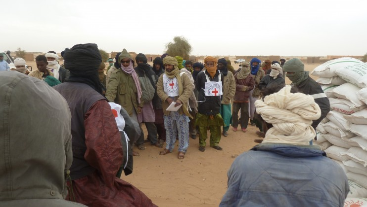 ICRC food distribution to displaced people in the city of Aguélock, Kidal in northern Mali