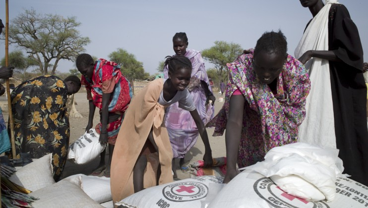 Women collects seed from remote ICRC distribution point where 240 families have received aid.