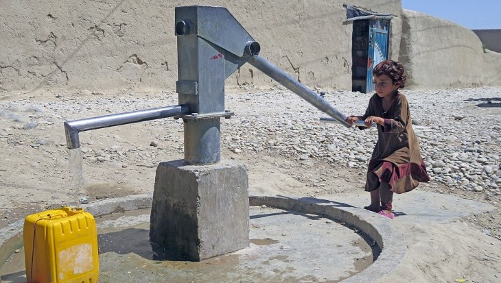 Wocha Wona village, Balkh, Afghanistan, August 2016. Raaziqa (6) draws water from a borehole in her village. CC BY-NC-ND / ICRC / Ahmad Khalid