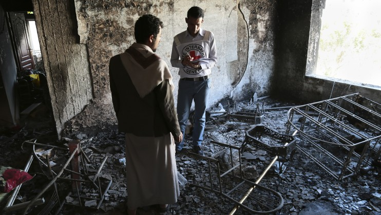 During an evaluation of the damage caused by fighting in the Yemeni city of Sana?a, an ICRC employee listens to a resident describe his situation.