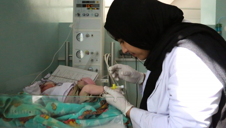 Pediatric nurse checks on a baby at Mirwais Regional Hospital in Kandahar. Thomas Glass/ICRC