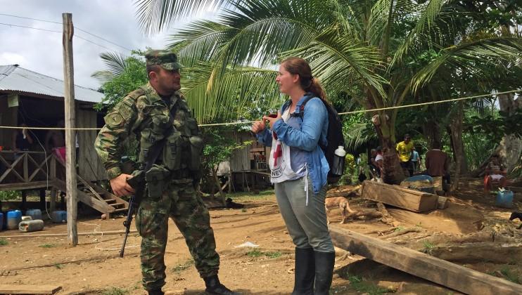 Zona rural de Chocó, Colombia. Delegada del CICR dialoga con un miembro de la fuerza pública. Laura Aguilera/CICR