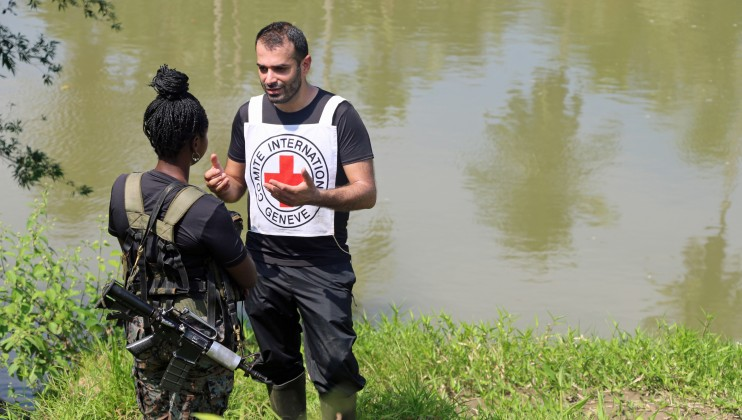 Zona rural de Chocó, Colombia. Delegado del CICR dialoga con un miembro de un grupo armado. Isabel Ortigosa/CICR