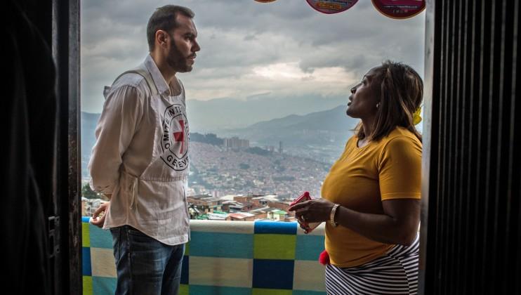 Medellín, Colombia. Un delegado del CICR dialoga con una habitante de la Comuna 8. La violencia en entornos urbanos sigue causando estragos humanitarios. Lena Mucha/CICR