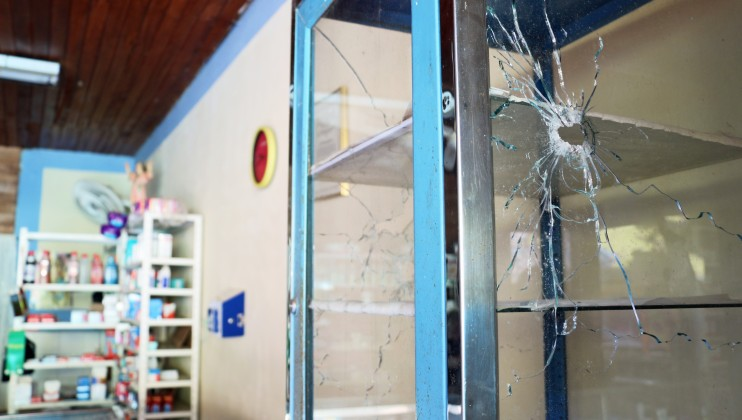 Vereda Las Mercedes, Sardinata, Norte de Santander, Colombia. Impacto de bala sobre la vitrina de una farmacia. Isabel Ortigosa/CICR