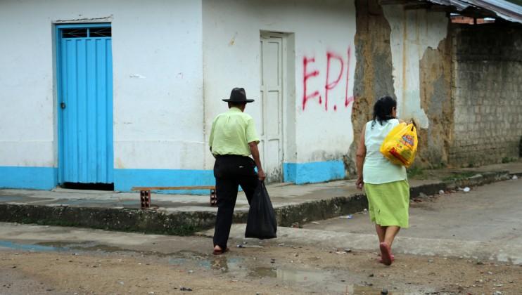 Zona rural de Norte de Santander, Colombia. Habitantes caminan por calles con grafitis de un grupo armado. Isabel Ortigosa/CICR