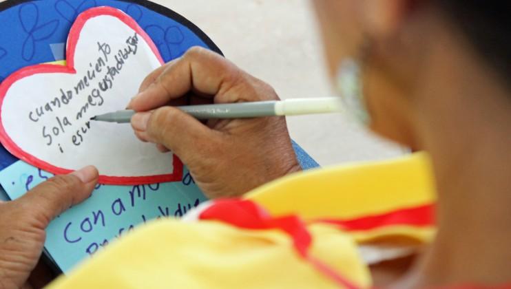 San José del Guaviare, Colombia. Un familiar de una persona desaparecida escribe un mensaje durante una actividad de apoyo. Wbeimar Cardona/CICR