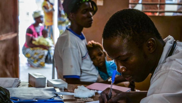 Le Dr Bertrand Dibri consulte une petite fille déplacée malade au centre médical de Barsalogho. « Cette enfant souffre de la ''maladie des mains sales''. Cette maladie est liée aux conditions de vie des déplacés ».