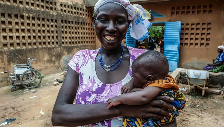 Salamata Ouédraogo est heureuse d'avoir pu donner naissance à son troisième enfant au centre médical de Barsalogho, il y a un mois et demi. Alors qu'elle était enceinte, elle a fui de son village pour se réfugier dans cette ville, afin de poursuivre ses consultations prénatales. « Je ne rentrerai que si la paix revient dans mon village. »