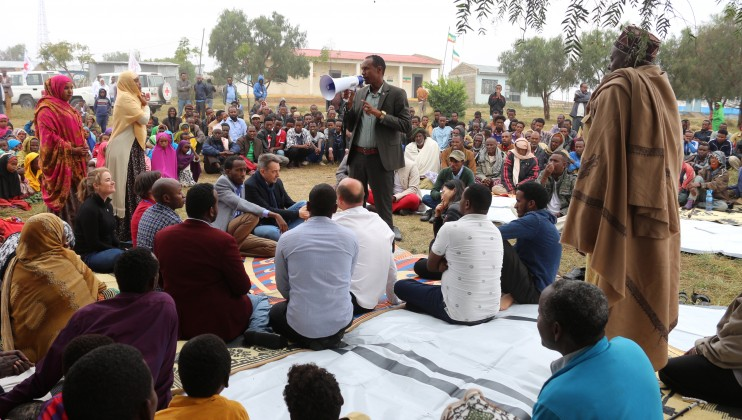 : A community meeting in Tuli town, Tuliguled district in the Somali Regional State. The town hosts displaced people, some of who had lost family, property and sustained injuries during violence. Henok Birhanu/ICRC