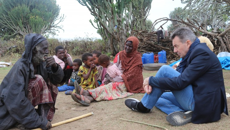 Sariir kebele, Tuliguled district of the Somali Regional State. ICRC President Peter Maurer speaking with an elderly man who has been displaced by ethnic violence.