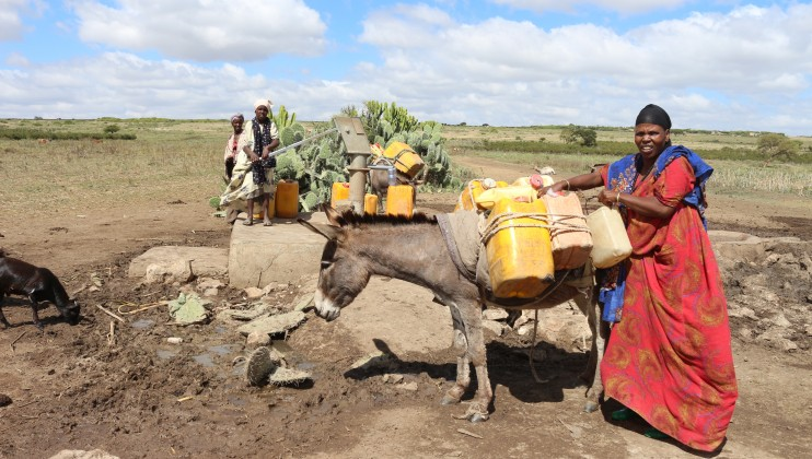 Chinakisen, Oromia Regional State: A group of women fetching water at an ICRC rehabilitated water point. Clare Cameron/ICRC
