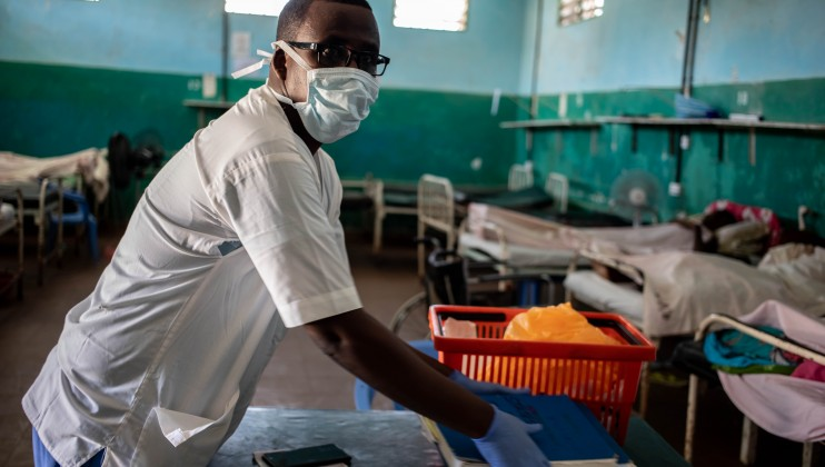 Abdi Ali, a nurse at Keysaney hospital has his mask on as he attends to patients admitted in the hospital. ICRC/Ismail Taxta