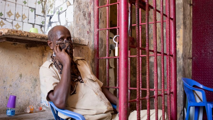 A guard at Mogadishu Central Prison covers his nose and mouth with a cloth. The ICRC is working with authorities to ensure they know the risks COVID-19 poses in places of detention. ICRC/Ismail Taxta