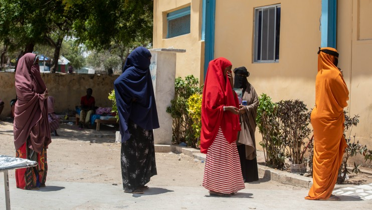 Patients entering Madina hospital are urged by the hospital to maintain physical distance. ICRC/Ismail Taxta