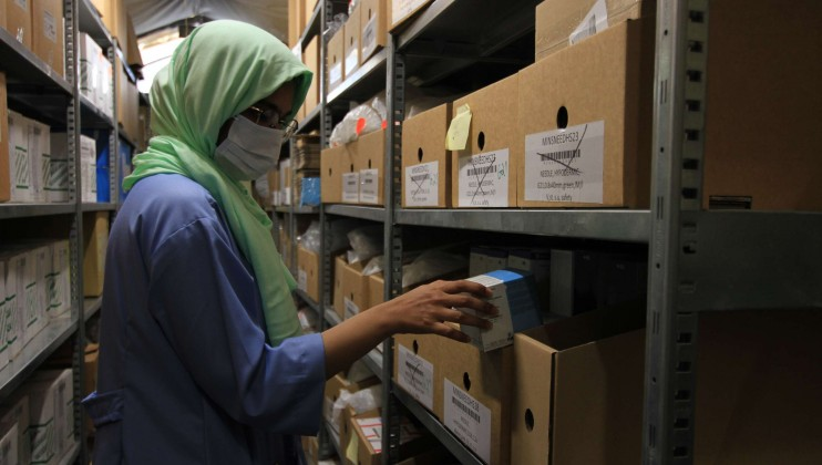 Yemen hospital stills 8   staff inside